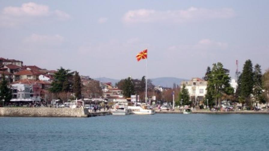 Охридското езеро в Република Македония е едно от най-любимите места за местните хора и за гостите на средновековния град за разходки