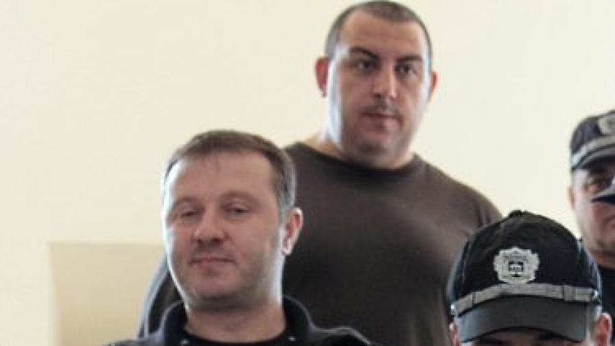 Петър Стоянов-Сумиста (в центъра, горе) на път към съдебната зала