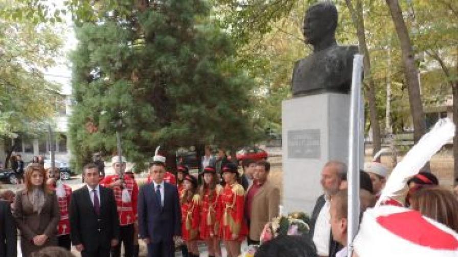 Кметът Хасан Азис поднесе венец пред бюст-паметника на Васил Делов, но се подчини на партийното нареждане да провали обявяването на генерала - освободител посмъртно за почетен гражданин
