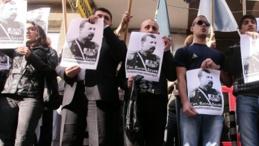 """Активисти на ВМРО и """"Атака"""" пред централата на ДПС"""