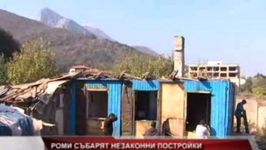 Във Враца събарят опасни бараки, обитавани от роми
