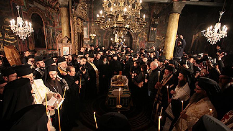 Погребаха патриарх Максим