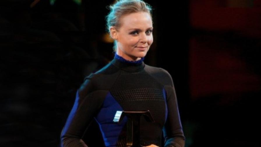 Стела Маккартни - Дизайнер на годината и Най-добра марка на Британските награди за мода за 2012 г.