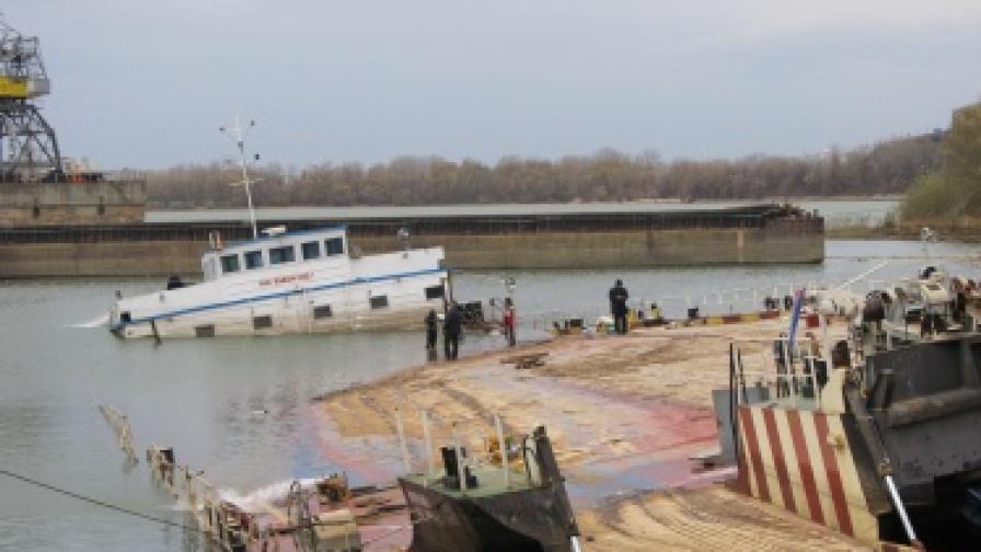 Изпомпват водата от потъналия край Русе кораб
