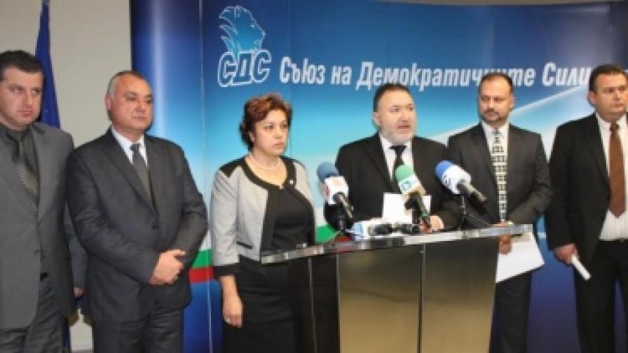 Председателят на СДС Емил Кабаиванов представя кандидатката за конституционен съдия Галя Гугушева
