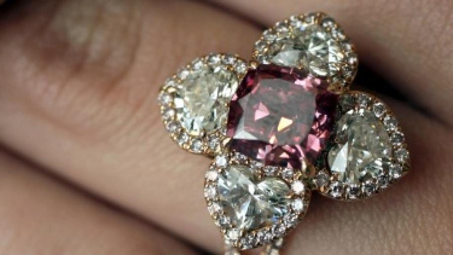 Предлагат на търг рядък червен диамант