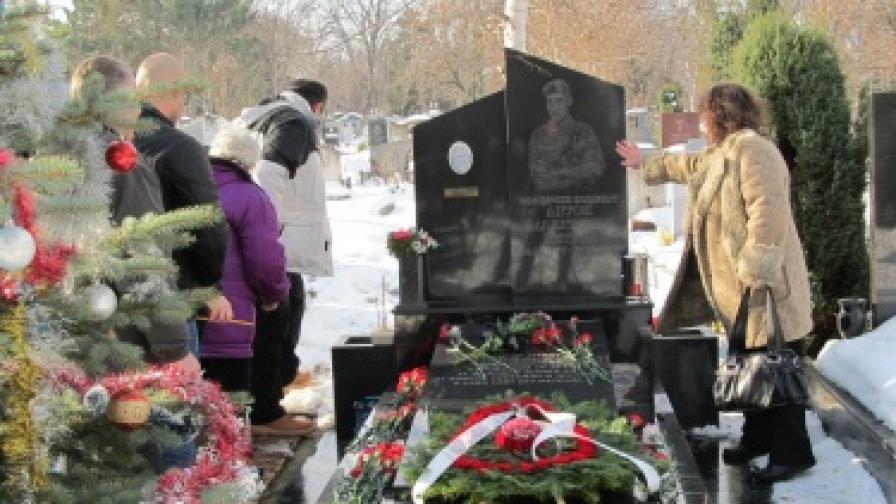 """Близки и бойни другари се събраха в Русе на гроба на офицерски кандидат Антон Петров, който преди 9 години загина при жестокия атентат в база """"Индия"""" в Кербала, Ирак"""