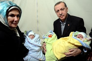 Ердоган, съпругата му Емине и три бебета на сирийски бежанци