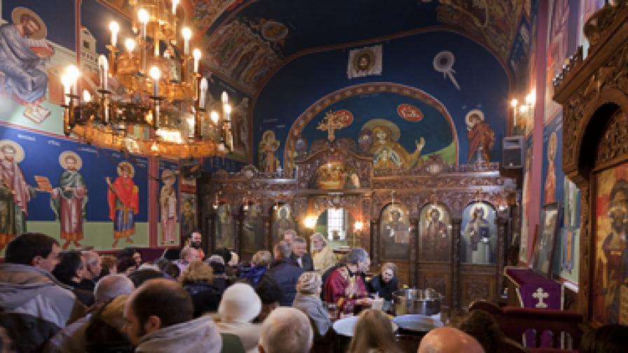 """След празничния водосвет на Богоявление миряните се редят за светена вода в църквата """"Успение Богородично"""" на пл. """"Ручей"""" в столицата"""