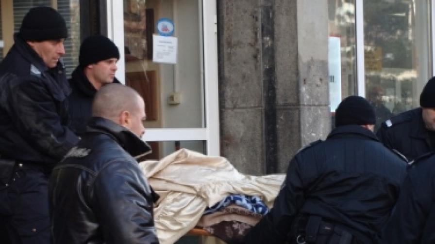 """Полицаи изнасят труповете от жилищния блок на ул. """"Македония"""" в кв.""""Кючук Париж"""" в Пловдив"""
