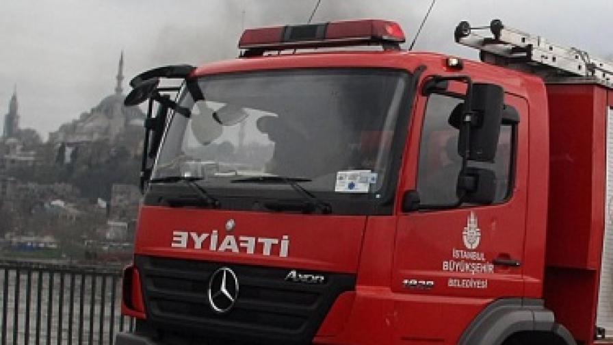 Изгоря историческа сграда в Истанбул