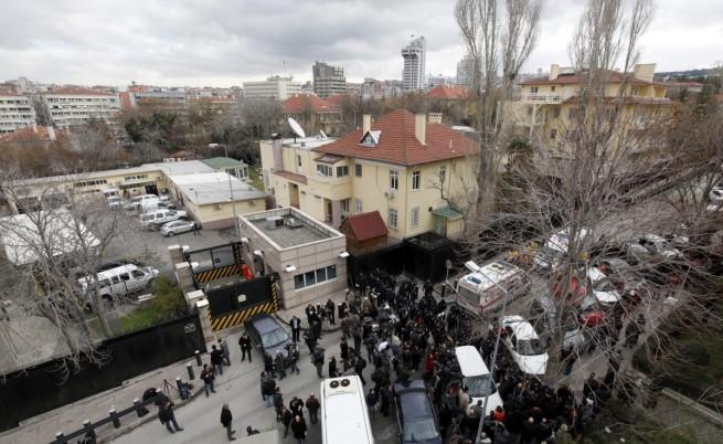 Експлозия пред американското посолство в Анкара взе две жертви