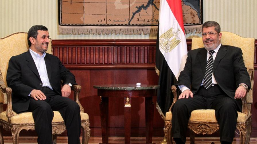 Махмуд Ахмадинеджад (вляво) и египетският му колега Мохамед Морси