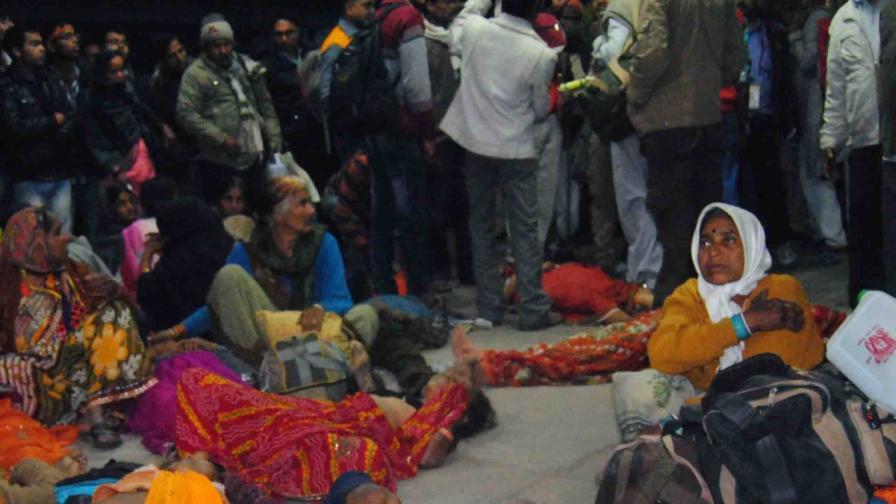 Поклонници оплакват жертвите на жп гарата в Алахабад