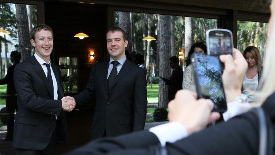 Създателят и шеф на facebook.com Марк Зукърбърг се ръкува с руския премиер Дмитрий Медведев при посещението си в Москва през октомври 2012 г.