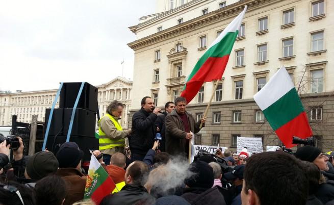 Над 100 хил. в най-масовите и най-мирните протести в България, обявен е край на шествието