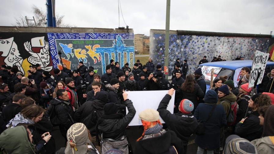 Берлинчани протестираха срещу разрушаването на стената