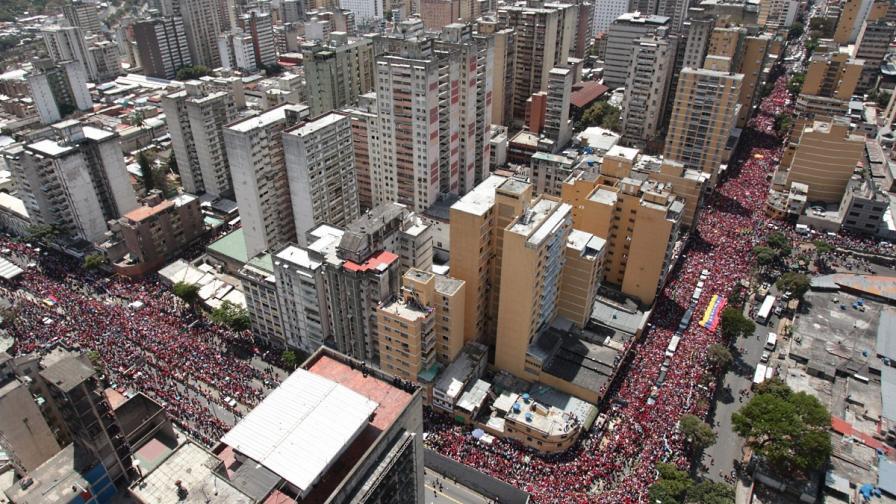 Седем часа траурна процесия за Чавес