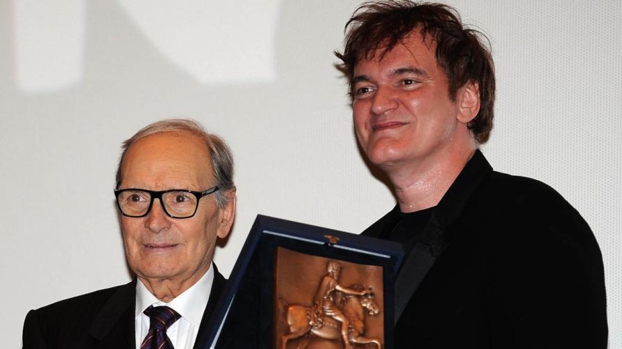 Куентин Тарантино получава от Енио Мориконе наградата от Седмия фестивал в Рим
