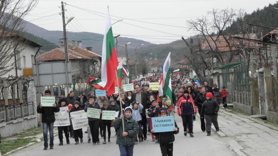 300 жители на с. Джерман блокираха пътя, протестират срещу депо за отпадъци