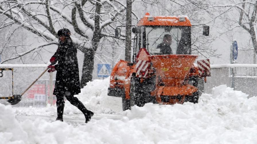 Снеговалежи оставиха хиляди поляци без ток