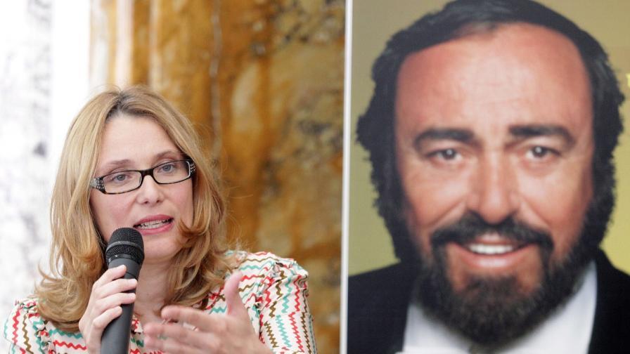 Вдовицата на Лучано Павроти се бори с публикуване на книга за него