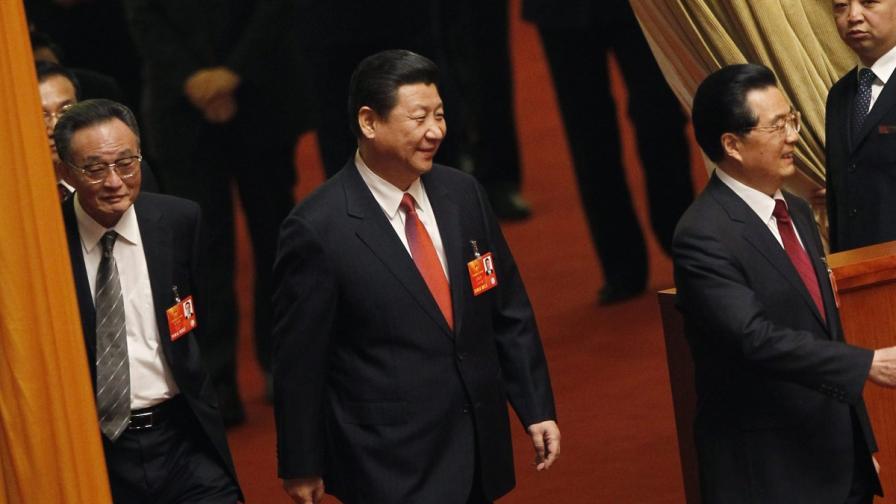 Новият китайски президент Си Дзинпин (в средата)