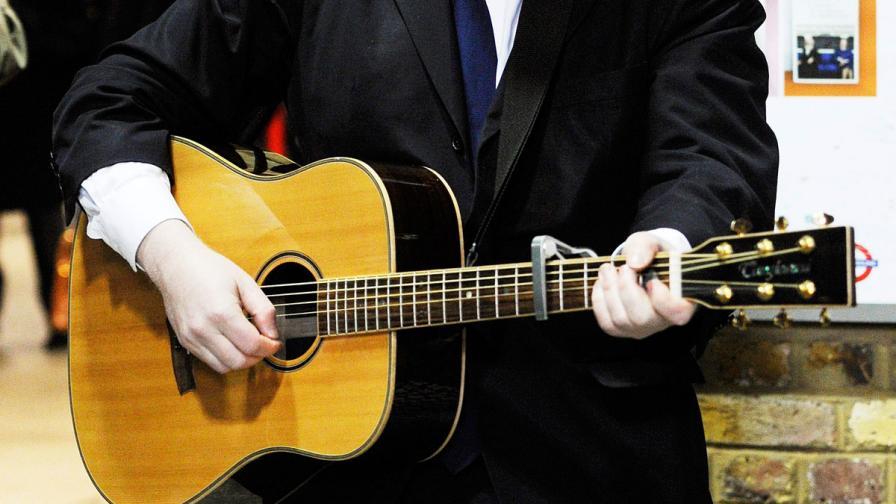 Мъжете с китара са по-привлекателни от онези със спортен сак