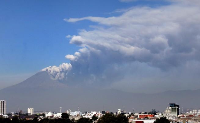 Вулканът Попокатепетъл изхвърли пепел над няколко града