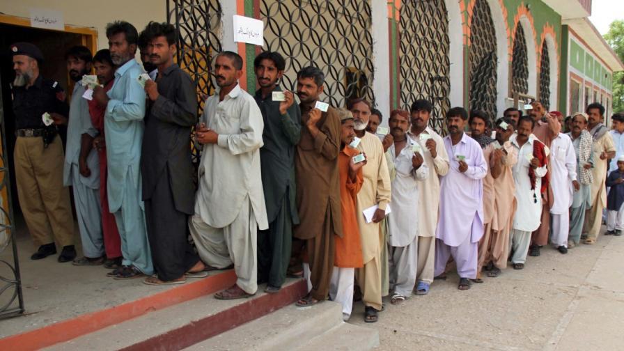 Атентати помрачиха изборите в Пакистан