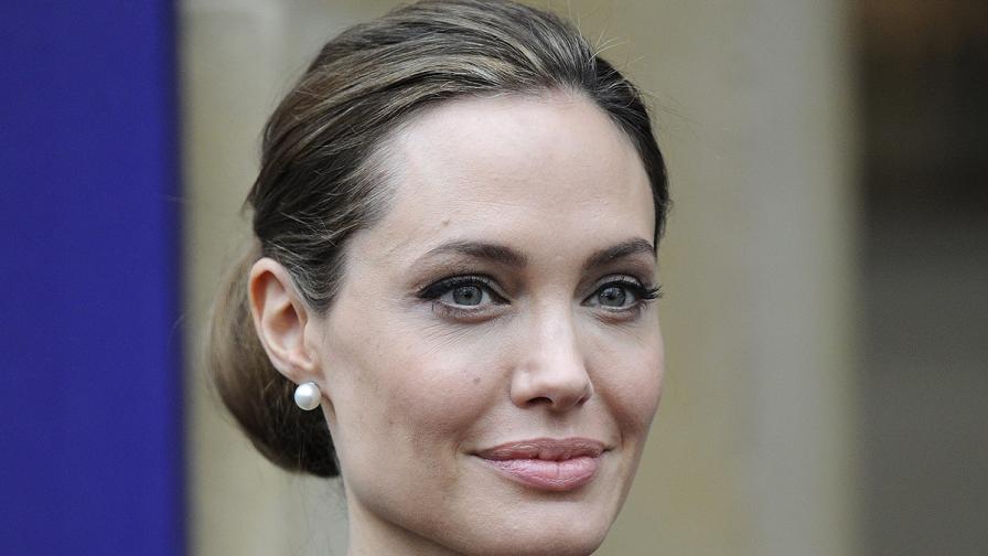 Картина на Джоли без гърди на благотворителен търг