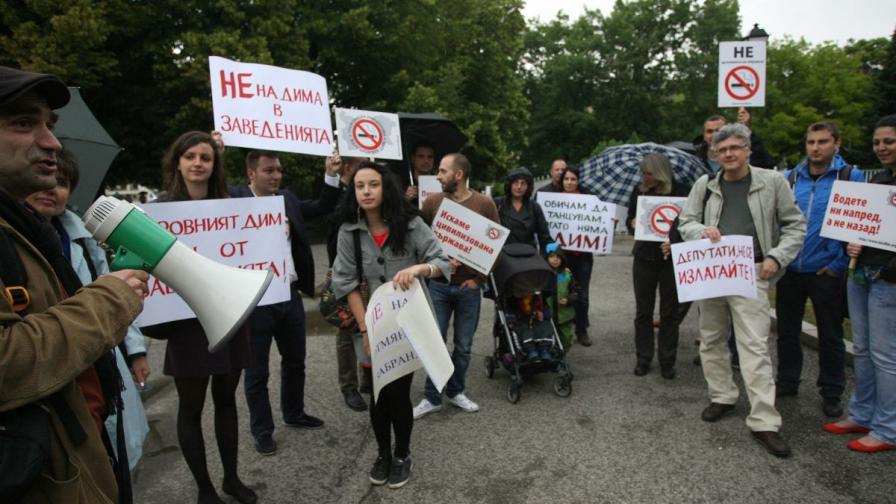 Вял протест срещу популизма пред парламента