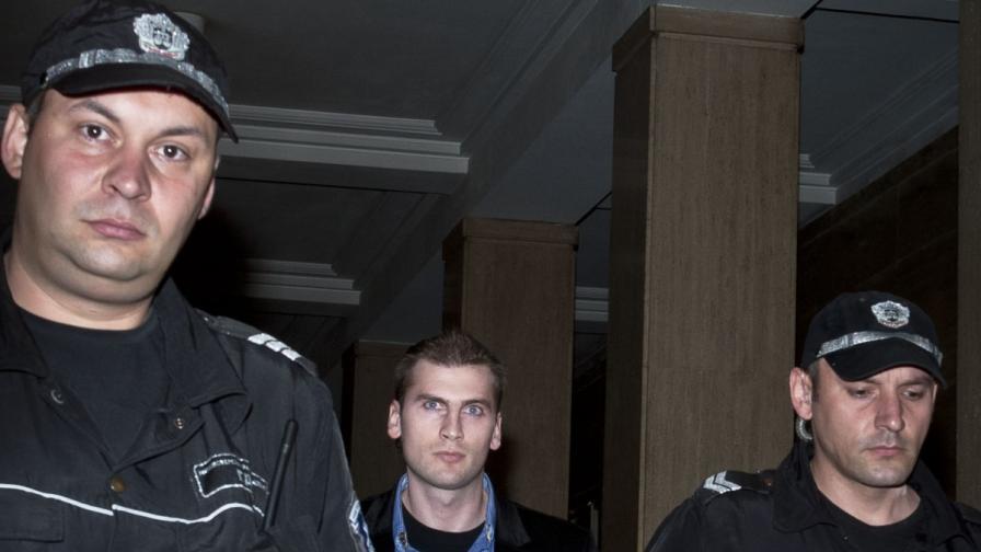 Полицаи водят Октай Енимехмедов в съда