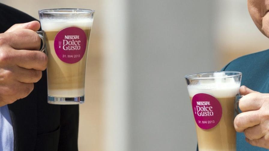 В Австралия: Плащаш кафе с целувка