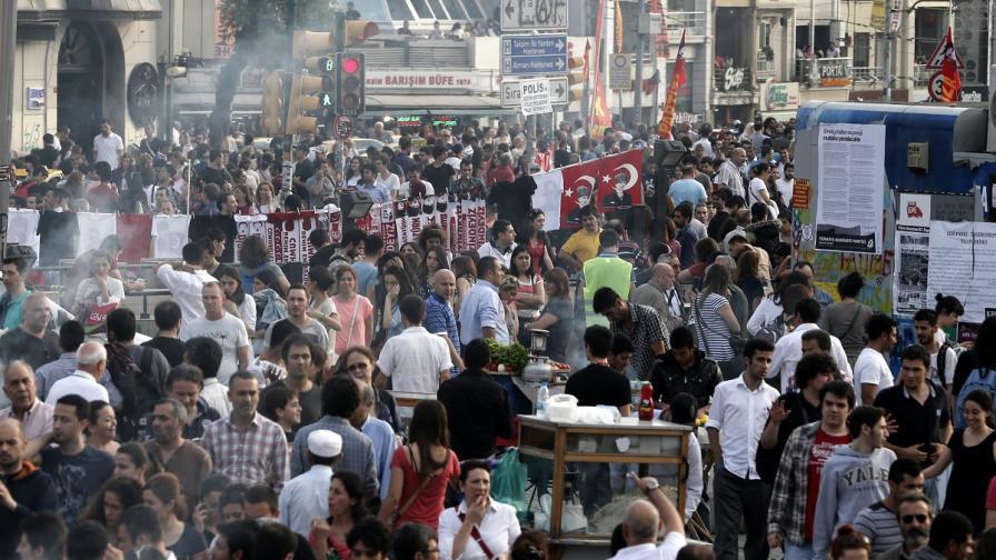 Протестиращи отново са изпълнили площад Таксим в Истанбул