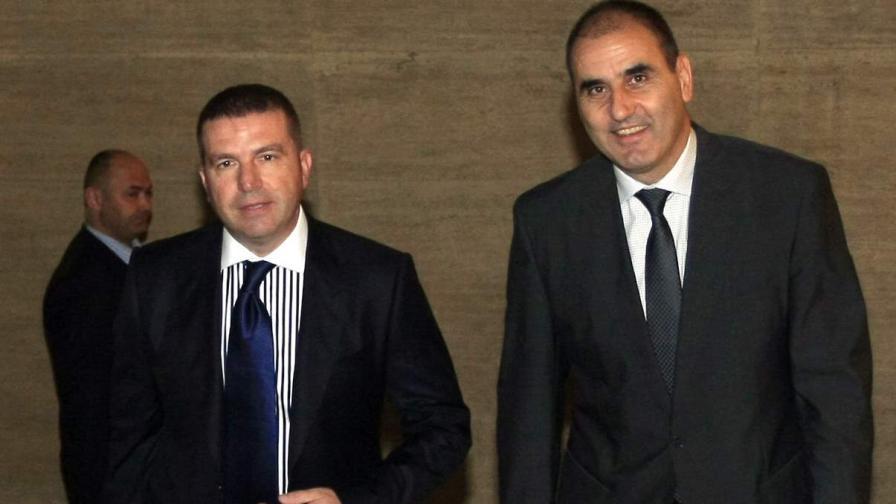 Бившият вътрешен министър Цветан Цветанов, придружен от адвокат Менко Менков, влиза вчера в Софийска градска прокуратура