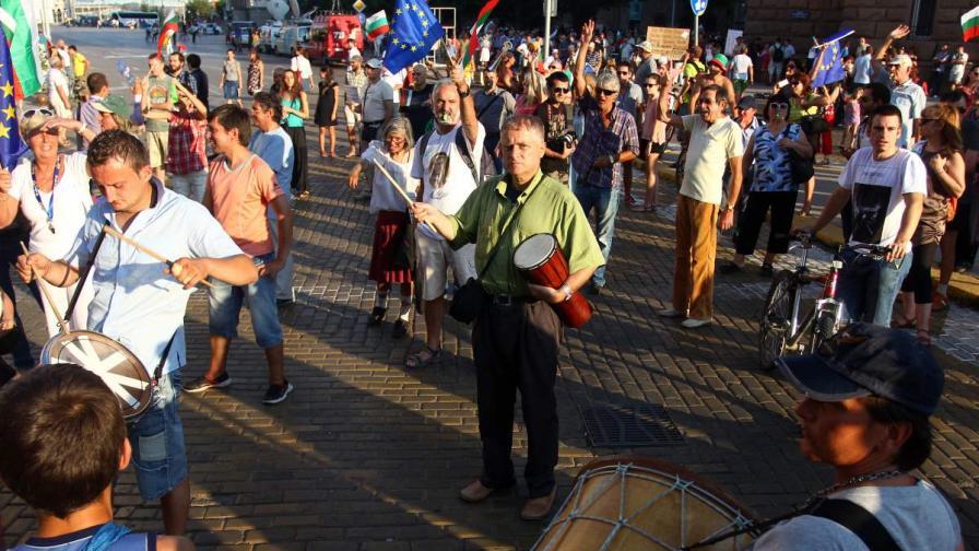 Протести с цветя за полицаите; 9 души задържани