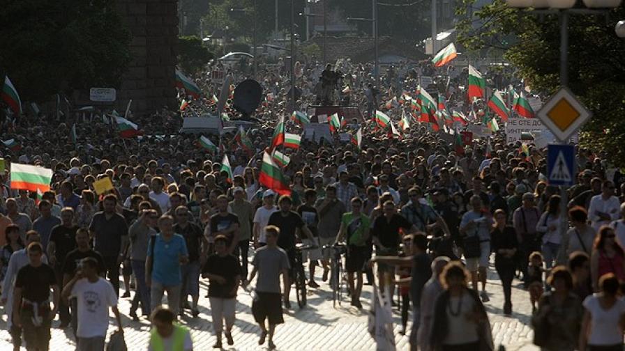 """""""Алфа Рисърч"""": 85% от българите подкрепят протеста срещу Пеевски"""