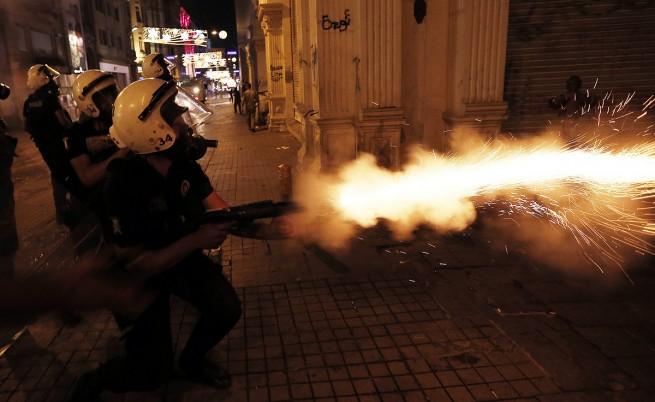 Отново водомети, газ, гумени куршуми и палки на площад