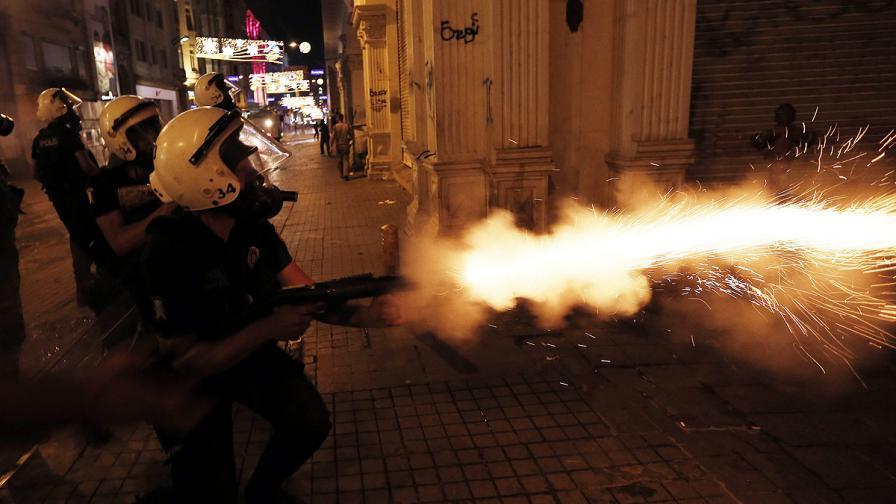 "Отново водомети, газ, гумени куршуми и палки на площад ""Таксим"""