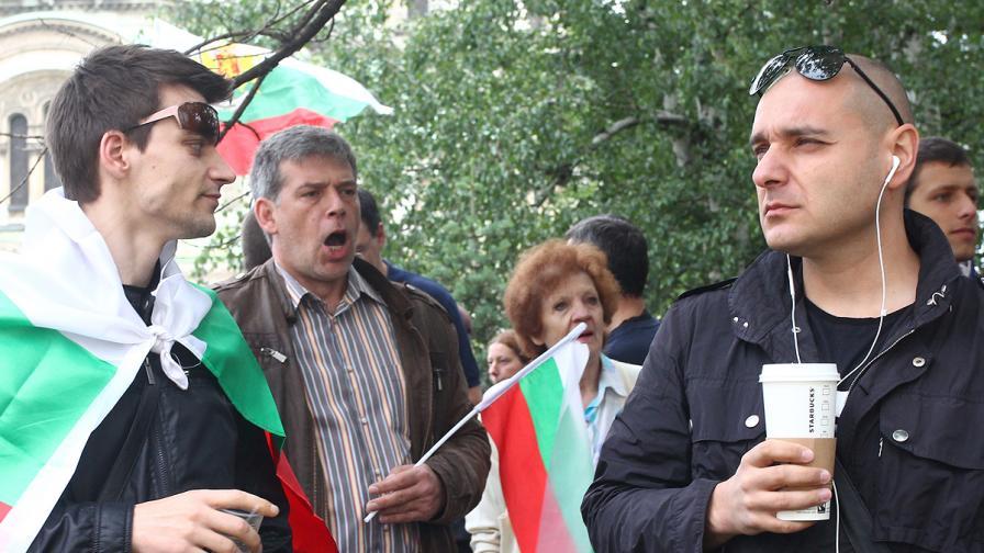 """Трети ден протестиращи се събраха """"на кафе пред Парламента"""", блокираха и Орлов мост"""