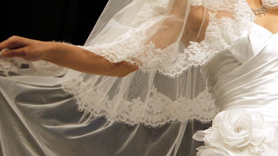 Художничка се омъжи за... мост