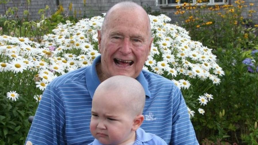 Буш-баща с бръсната глава заради болно от левкимия дете