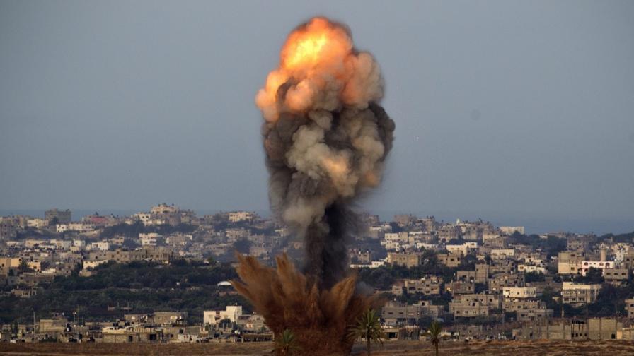 Израел удари училище с бежанци