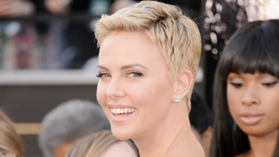 """Чарлийз Терон става носителка на """"Оскар"""" през 2004 г. за главна женска роля в лентата """"Чудовище"""" (""""Monster"""")"""