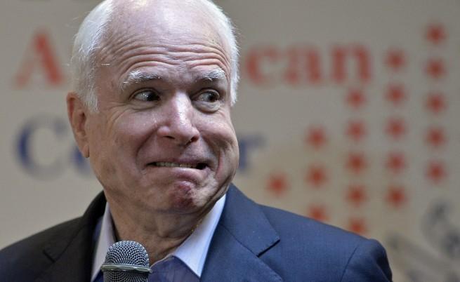 Сенатор Джон Маккейн не слушал за Сирия, играл покер