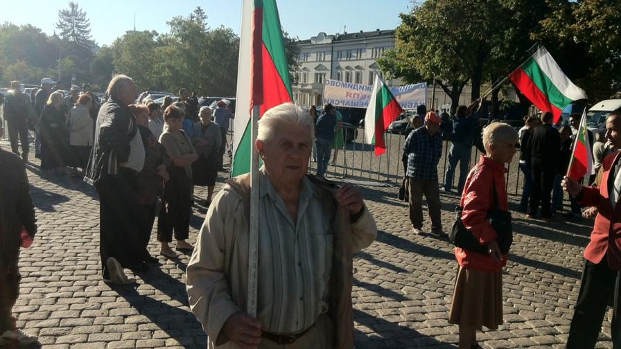 Малобройни протест и контрапротест около НС
