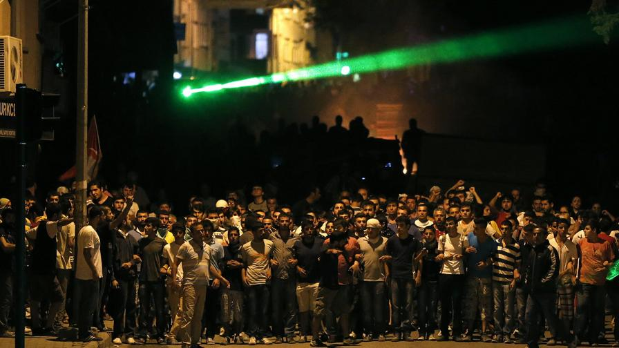 Трета нощ на сблъсъци между полицията и демонстранти в Турция