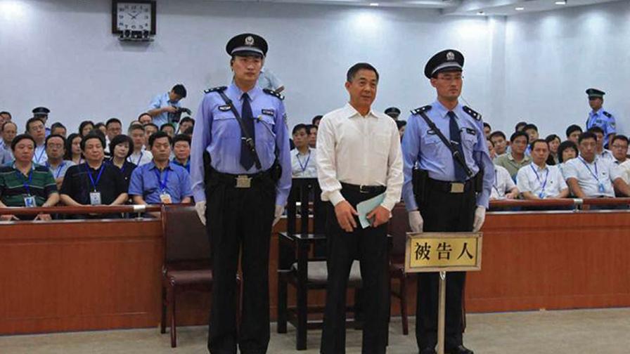 Бо Силай (в средата)
