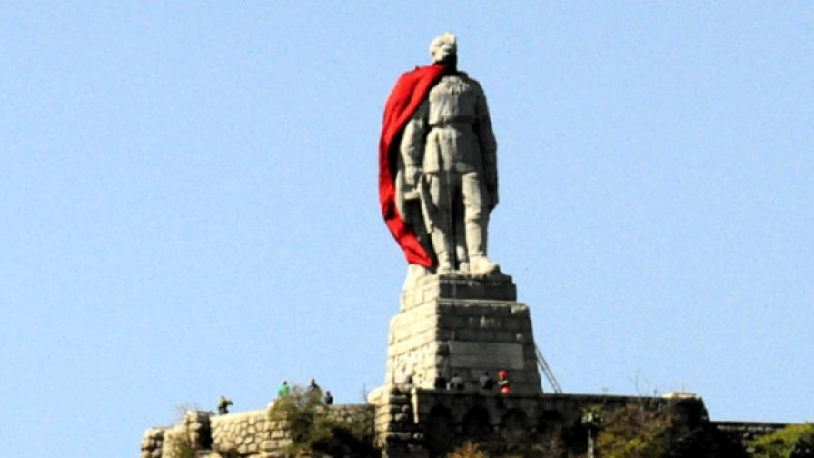 Паметникът на Съветската армия в Пловдив преди да започне операцията за премахване на декорацията
